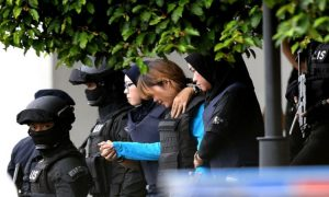 Đoàn Thị Hương (tóc vàng) sau khi rời phiên tòa ngày 13/4