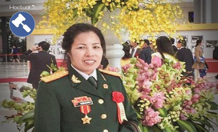 Nữ thẩm phán mặc áo lính